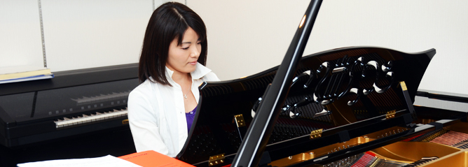 防音室にはグランドピアノとエレクトーンを併設