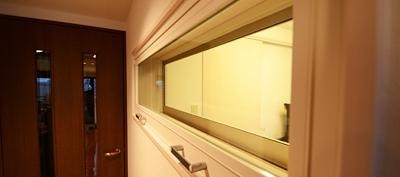 廊下側にFIX窓を設置