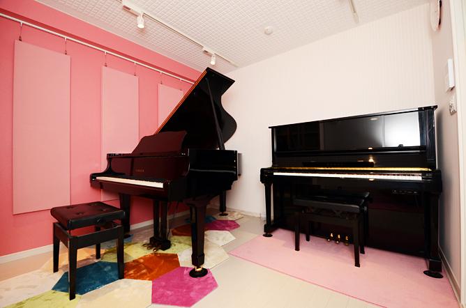 防音室にはグランドピアノとアップライトピアノを設置