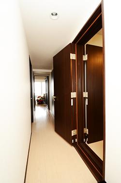 ピアノ室入口の防音ドア