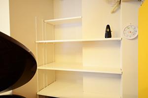 防音室内に楽譜用の棚を設置