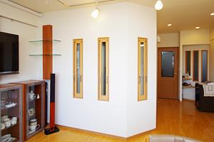 右奥の玄関に合わせて3枚のFIX窓を設置