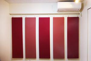 音響調整パネルは赤の同系色2種を交互に設置