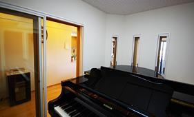 ピアノ正面にスリット窓を造作
